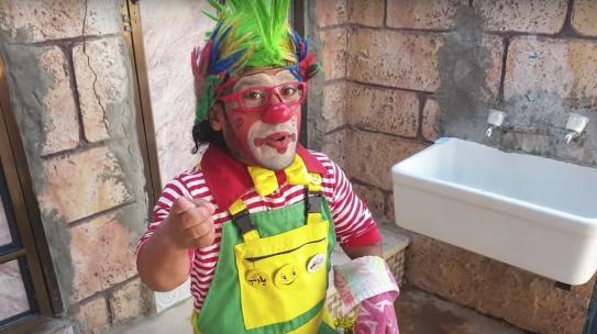 Coronavirus, a Gaza i clown spiegano ai bambini come difendersi dal virus lavando le mani